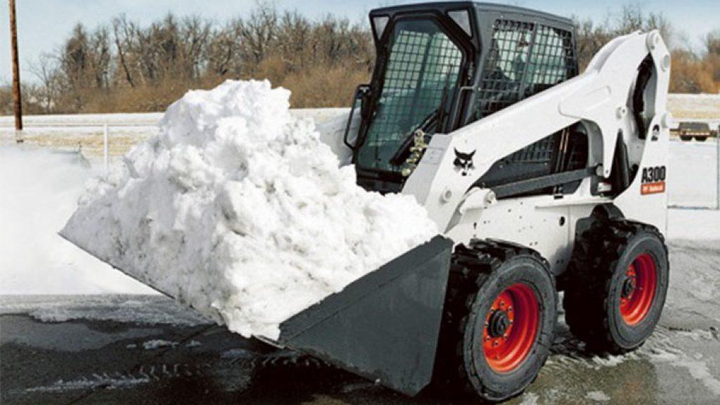 С помощью какой техники убирают снег в городе?