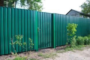 Как построить забор из профнастила на даче?
